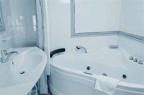 come pulire la vasca da bagno 5 consigli per pulire la vasca da bagno di habitissimo