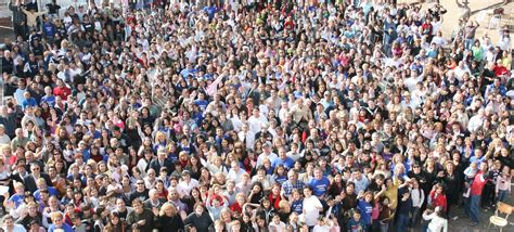 imagenes de multitudes orando la iglesia local es la esperanza del mundo iglesia de