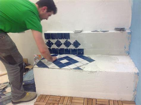 come mettere le piastrelle al muro tavolo lavoro cucina attrezzato