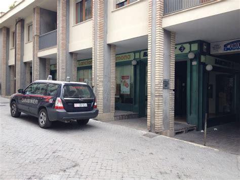 banca popolare dell emilia romagna orari guardiagrele entra in banca minaccia il personale e
