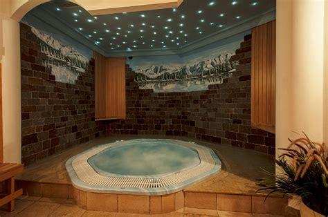 centro benessere con vasca idromassaggio in centro benessere con sauna e idromassaggio