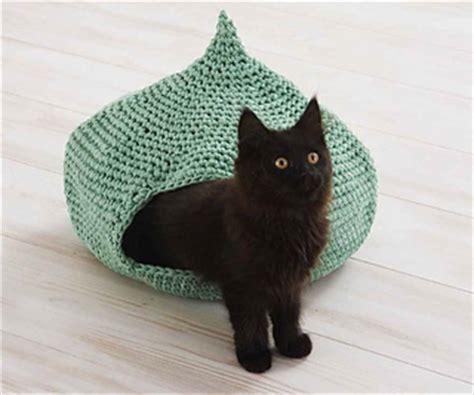 Knit Fox Cat Floor Mat ravelry cozy cat cave pattern by erin black