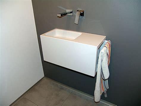 Latexfarbe Bad by In Der G 228 Stetoilette Wurde Die Wand Hinter Dem Waschbecken