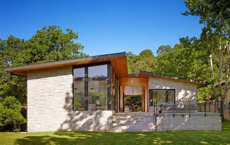 dise 241 o de terraza de listones de madera en forma de cubo dise 241 o de casa de un piso con fachada en piedra y madera