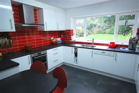 cocinas en rojo treinta  ocho disenos ardientes