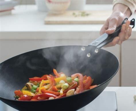 cuisiner dans un wok beka quot master wok rev 234 tu quot pour cuisiner comme un pro