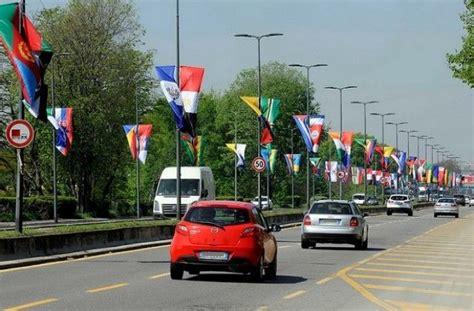 via forlanini pavia expo le bandiere di tutti i paesi sventolano in viale