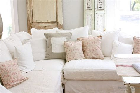 white comfy couch гламурная романтика интерьера в стиле шебби шик 20 идей