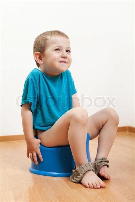 baby pinkelt l 228 chelnd junge urinieren t 246 pfchen wc pfanne