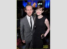 Anne Hathaway Is Pregnant, Expecting First Child with Adam ... Anne Hathaway Oscar Incident