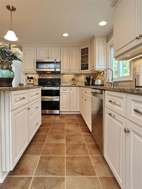 white kitchen cabinets with tile floor 190 best country kitchen images on pinterest kitchen