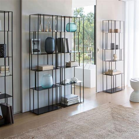 Une jolie étagère métal fine   meuble bibliothèque