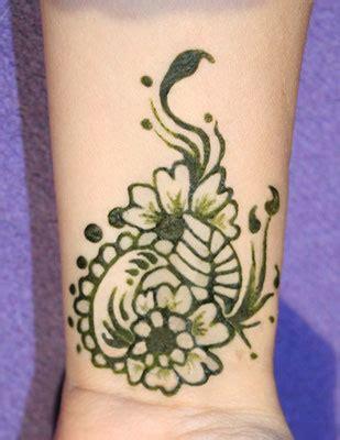 henna tattoo einwirkzeit henna malerei freudenfest henna glittertattoo