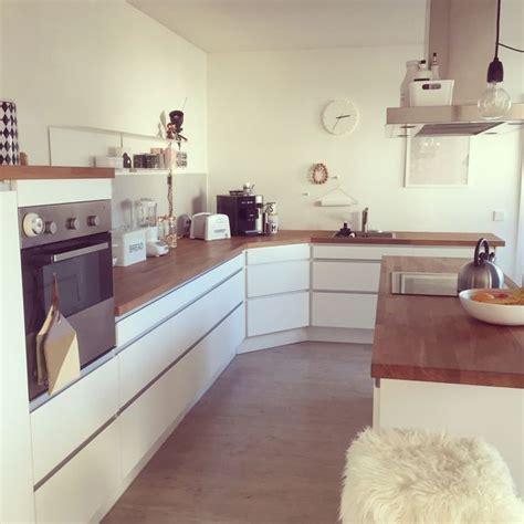 braune und weiße küchen k 252 che k 252 che wei 223 mit holzarbeitsplatte k 252 che wei 223