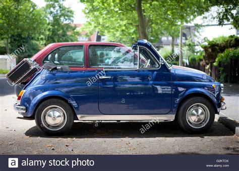 vintage fiat 500 cabriolet voiture de ville avec valise