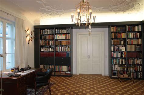 wohnzimmer bibliothek bibliothek wohnzimmer dunkel surfinser