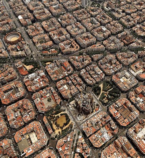barcelona from above これが本当の碁盤の目 上空からみたバルセロナが芸術的すぎる eixle barcelona