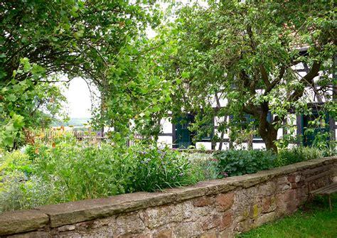 kleiner nutzgarten kleiner nutzgarten mit steinmauer