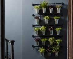 Barres fintorp avec pots m 233 talliques contenant des plantes et des