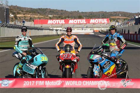 Motorrad Gp Weltmeister by Motorrad Weltmeister 2017 Joan Mir Moto3 Marc Marquez