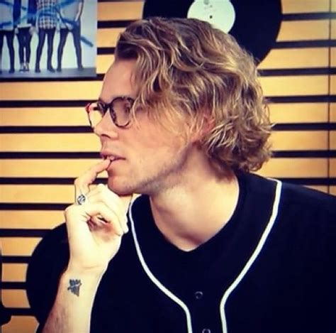ashton irwin tattoo best 25 ashton irwin ideas on 5sos