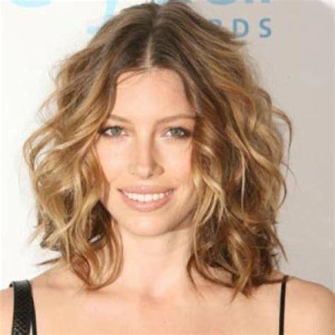 beach wave perm on shoulder length hair fryzura lob dla kogo jak stylizować włosy do ramion
