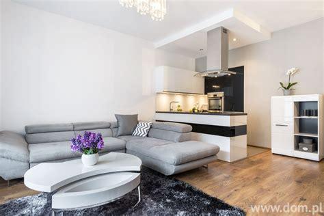 nowoczesny salon czarno biała aranżacja salonu z kuchnią projekt