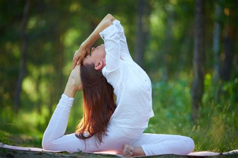 Imagenes Yoga Mujer | mujer flexible haciendo ejercicios de yoga descargar