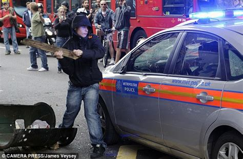 london riots 2011 hackney to croydon violence shows no sign of abating daily mail online