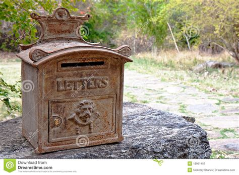cassetta postale esterna cassetta postale esterna arrugginita decorata fotografia