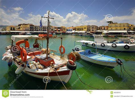 porto isola di creta pescherecci di legno nel bello piccolo porto rethymno dell