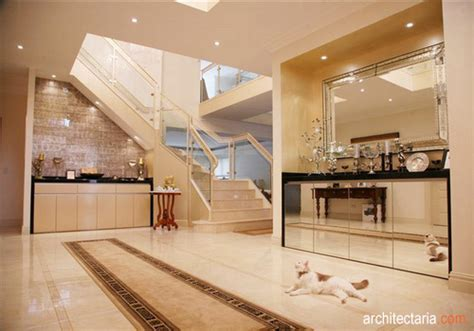 desain meja foyer memanfaatkan serambi atau foyer sudut di balik pintu yang