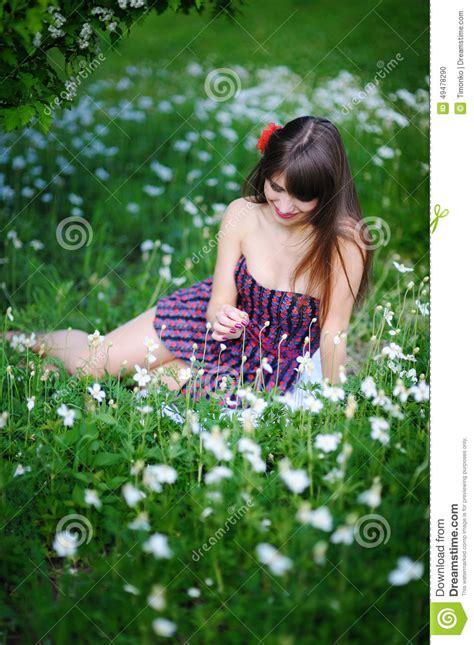 best style for 37 yr old menina que senta na primavera o parque florido entre