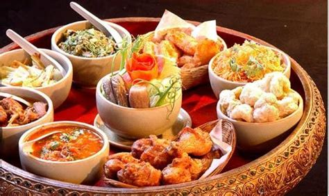 thai food dinner crowd act thai cuisine