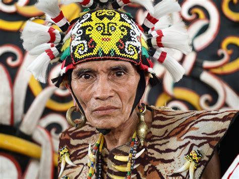 Baju Adat Orang Dayak potret adat dayak kenyah di desa pang samarinda wira nurmansyah