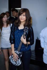 Kaos Thailand Pattaya Putih gitaris wanita asal thailand nattasha nauljam study
