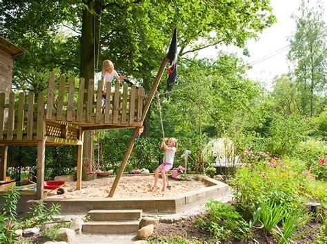 spielplatz garten familiengarten mit individuellen spielplatz und