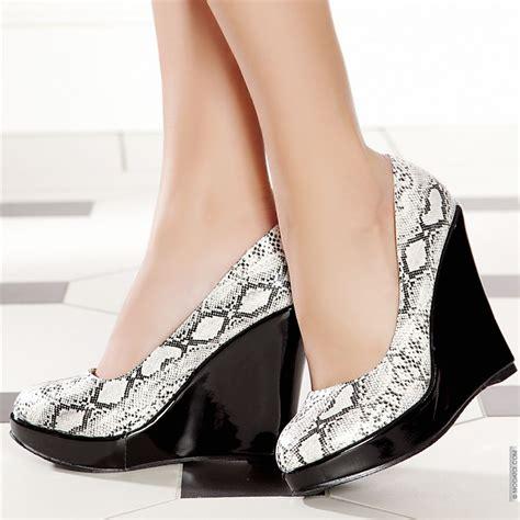 Dolgu Topuklu Ayakkabi Yeni Moda Modeller Yeni Moda Modeller   yeni sezon dolgu topuk ayakkabı modeli kadın bayan