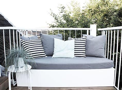 terrasse verschönern mit wenig geld balkon sofa idee