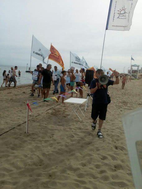 popolare di vicenza jesolo banche venete protesta in spiaggia a jesolo veneto