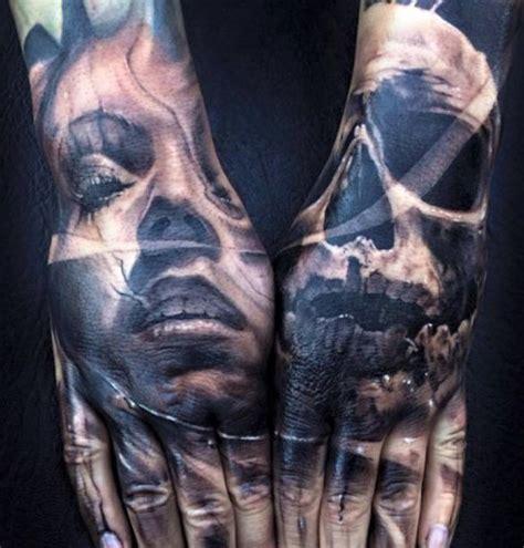 twarz i czaszka tatuaże na dłoniach