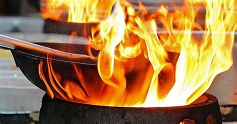periuk  kuali disambar api waktu memasak lakukan