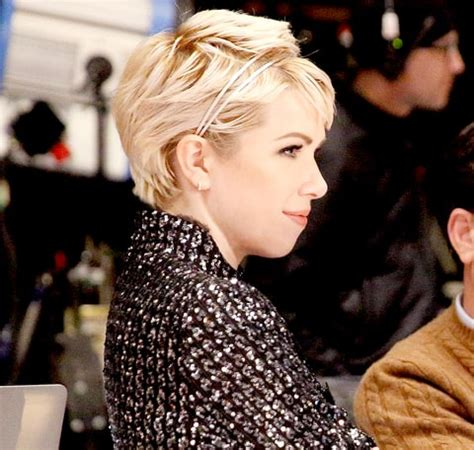 carly hairstyl wideo carly rae jepsen shows off platinum blonde pixie in target