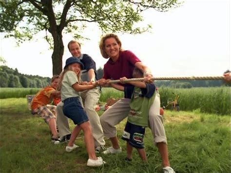imagenes de la familia trabajando familia juego de la soga sd stock video 308 833 627
