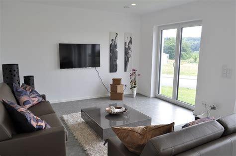 moderne satteldachhäuser wohnzimmer musterhaus surfinser