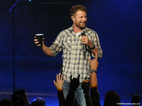 dierks bentley review shotgunning beers and singing offstage dierks bentley