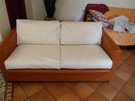 come si pulisce un divano in ecopelle fiori di stoffa rivestire un divano tutorial
