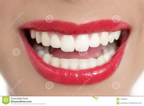 Hera Sourire De Bonheur Lipstick sourire parfait de dents de beau femme images stock