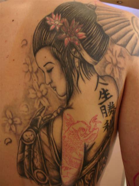 tattoo de geisha en espalda toop tattoo la geisha y la carpa alicante tatuaje japones