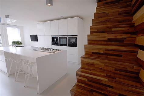 minimalistisch hout interieur minimalistisch interieur gevuld met design klassiekers